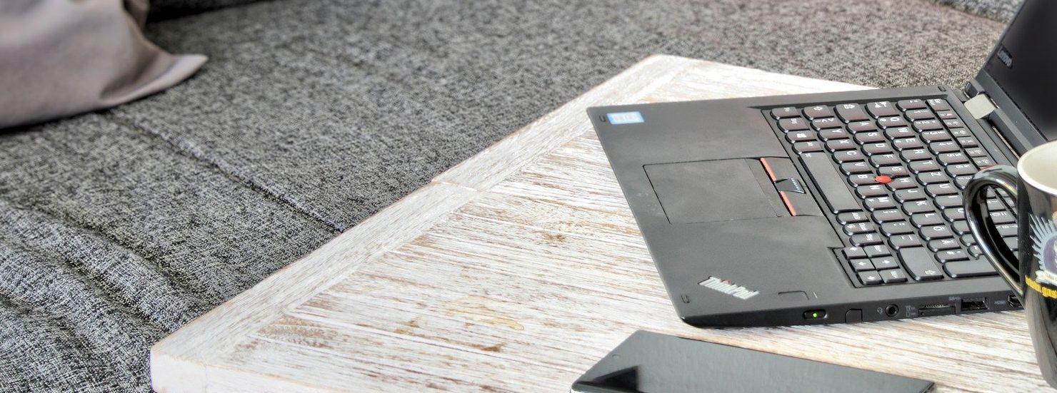 Homeoffice Laptop Ausstattung Sofa